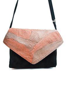 7122a3e76 Bolsa de couro de peixe carteiro Sally rosa - LEPRERI - fish leather  Messenger handbag Mãos