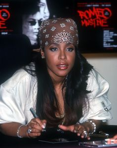 Aaliyah Photo: Romeo Must Die Soundtrack Signing Aaliyah Albums, Aaliyah Singer, Aaliyah Outfits, Aaliyah Style, 90s Fashion, Girl Fashion, Photoshop Celebrities, Female Celebrities, Celebs