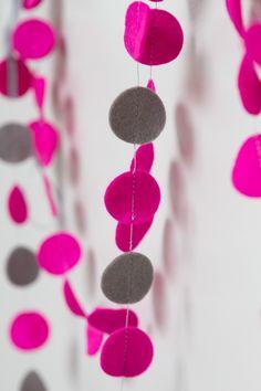 Slinger CIRKEL - Roze/grijs: vrolijke slinger met cirkels in diverse kleuren. Ca. 1,5 m lang, doorsnede cirkels ca. 2,5 cm. Naar wens op maat gemaakt in de door jou gewenste kleuren!