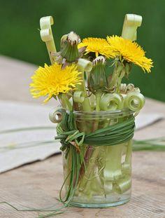 Blickfang: Komposition aus Blüten und Stengeln. Wenn Sie die Stengel platt drücken und an den Knickfalten einschneiden, rollt sich der ha