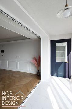 [삼산동아파트인테리어]웨인스코팅과 구정마루 오크 헤링본으로 꾸민 인천 부평구 삼산동 신성미소지움 54평(삼산대보) -노브인테리어 Space Interiors, Outdoor Decor, Flooring, House, Interior Design, Home Decor, House Interior, Interior Architecture, Room
