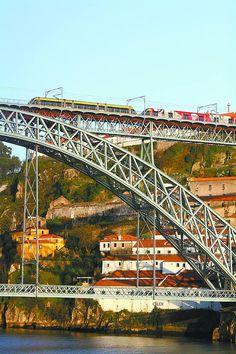 Ponte Dom Luis 1º, que liga Porto e Vila Nova de Gaia, separadas pelo rio Douro, em Portugal...bridge connects two cities in north  Portugal..