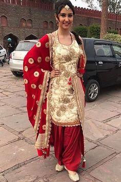 "Pinterest: @pawank90 She is in Jazzy B new video ""Naag 3"". Beautiful lady! New Punjabi Suit, Punjabi Dress, Patiala Salwar, Anarkali, Sharara, Salwar Suits, Kurti, Designer Punjabi Suits, Indian Designer Wear"