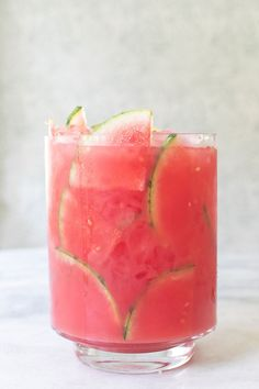 A Refreshing Watermelon Cocktail Punch. This watermelon cocktail punch is perfec… A Refreshing Watermelon Cocktail Punch. This watermelon cocktail punch Cocktail Punch, Cocktail Drinks, Fun Drinks, Cocktail Recipes, Alcoholic Drinks, Beverages, Cocktail Desserts, Party Drinks, Watermelon Punch