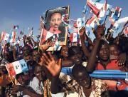 Bei einer Wahlkampfveranstaltung feiern Rwander ihren langjährigen Präsidenten Paul Kagame.(Bild: Marc Hofer / AP)