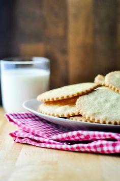 Kruche ciasto to mój ulubiony rodzaj ciasta. Łatwe w przygotowaniu, szybkie do upieczenia i nie wymaga skomplikowanych składników. Zawsze w lodówce znajdziecie jakieś masło i jajka, mąkę też wielu z Was ma w szafce. Do tego tylko cukier wanilinowy, jakieś 30 minut czasu i mamy ciasteczka. Składniki na kruche ciasteczka po zagnieceniu można zostawić na ...Więcej →