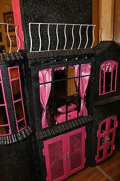 Where the Grass is Greener.: Craft Show Booth Success: Part Two Monster High Dollhouse, Monster High House, Monster High Birthday, Monster High Party, Monster High Custom, Diy Dollhouse, Monster High Doll Clothes, Monster High Dolls, Doll Furniture