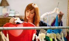 Uma mulher escolhendo uma roupa