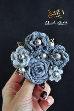 "Crocheted Brooch | Брошь ""Утренний туман"" - серый, брошь, брошь цветок, цветы из ткани, вязаная брошь"