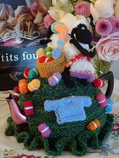 ❥Knit Tea Cosies, Mug Hug Snugs and Cuppa Cosies. Cool Diy Projects, Projects To Try, Cute Tea Cups, Knitted Tea Cosies, Tea Varieties, House Gifts, Tea Cozy, Farm Yard, Xmas Tree
