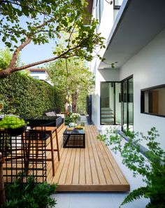 Attractive and ingenious deck and patio ideas and designs also contribute to the overall landscaping and looks of the backyard. Here are some modern and amazing deck and patio ideas and designs you can steal for your next landscaping and outdoor upgrade. Small Backyard Gardens, Small Backyard Landscaping, Backyard Garden Design, Modern Backyard, Small Garden Design, Modern Landscaping, Patio Design, Backyard Patio, Landscaping Ideas