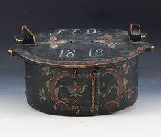 Oval rosemalt tine med eierinitialer og dat. 1818. L: 34 cm. Mangler hank. Prisantydning: ( 2500 - 3500) Solgt for: 1500