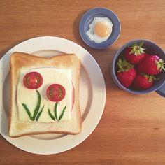 instagramで今、話題になっている「お花トースト」。ぽこんと咲いたプチトマトのお花がとってもキュートなトーストです。何だか絵画のようなおしゃれな仕上がり! 皆さん、この「お花トースト」をメインにした素敵な朝食をアップされています。