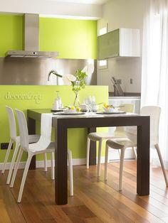 verde manzana en un panel divisorio y mesa en caoba en contraste + sillas plásticas