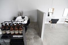 【EIGHT DESIGN】11年間地元の方に愛されてきた美容院「LODI」のリブランディングプロジェクト(店舗デザイン)。 これまでのconcept【ここでしかないヘア・コト・モノ・ヒト】に、 それぞれを様々なカタチで【つなぐ・結ぶ】を新たに加え、 テイクアウト専門のカフェも併設した美容だけに留まらない場へとリニューアル。 Barber Shop Decor, Barbershop Design, Tin House, Salon Interior Design, Salon Furniture, Hair Shop, Retail Space, Beauty Bar, Inspiration