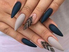 kunstnägel spitz lange nägel in mattfarbe grau schwarz blau schwarze dekorative malerei mandala oder henna