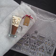 Новогодняя штучка. Подушка , а внутри нее нежнейший пушистый плед. Стоимость комплекта 1500 руб. К первым 50 подушкам в подарок чашка для какао или глинтвейна.