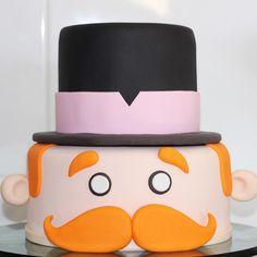 Olha que bolo Bita mais lindo!!!😱😍By @arteemcamadas 🎩🌈☀️🎈#bolomundobita #bolobita #cupcakemundobita #pirulitomundobita #tudocomestivel… Cupcakes Decorados, Fake Cake, Bolo Fake, Cake Tutorial, Baby Party, Bento, Cake Decorating, Birthday Cake, America 2