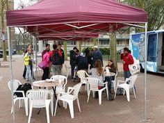 Promotoer met #tos #wijkplatformdelfshavenzuid en 30 leerlingen #erasmiaansgymnasium
