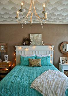 couleur-chambre-adulte-décoration-étoiles-de-mer-tableau-citation-guirlande-lumineuse-miroir-cadre-bois-lustre-bougies-et-cristaux