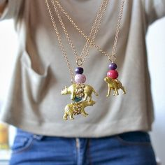 How to make necklaces with plastic animals step by step (in Spanish)