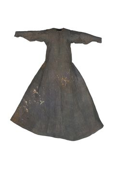 In blue taffeta. Large neckline and opening at the front to the chest. No waist seam; bodice and skirt are cut in one piece. The skirt width is extended with big gores. The long sleeves are shaped on the inside, adapting to the forearm to narrow wrists. The brial is fully quilted with fiberfill and cotton wool. Monastery of Sancti Spiritus Real de Toro, Zamora. 1307 C.E.
