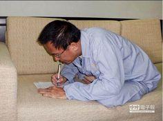 圖為去年2月監委黃煌雄探訪後發表陳水扁趴著寫字的照片。(本報資料照片)