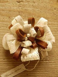 レザーとレースを使った華やかなバレッタです こちらはレザーとリネン、レースを丁寧にコサージにして、土台に取りつけ、一見お花の髪飾りのようにお使いいただけるタイ...|ハンドメイド、手作り、手仕事品の通販・販売・購入ならCreema。 Making Hair Bows, Leather Flowers, Lace Ribbon, Flower Tutorial, Beaded Lace, Burlap Wreath, Hair Pins, Hair Accessories, Wool