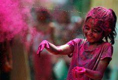 """Hintliler baharın gelişini, bahara yakışan bir coşku ve renk cümbüşü oluşturan """"Holi Festivali""""; diğer adıyla Renklerin Festivali ile kutluyorlar."""