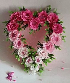 I really like the ombré look on this Rose Heart Wreath! Valentine Day Wreaths, Valentine Decorations, Valentine Crafts, Printable Valentine, Homemade Valentines, Valentine Box, Valentine Ideas, Arreglos Ikebana, Deco Floral