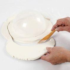 Tee valkoisesta savesta kulho muovisen muotin avulla. Kaulitse savi min. 1 cm paksuiseksi ja käytä muovista kulhoa muottina. Annan savesta tehdyn kulhon kuivua 24-48 tuntia, maalaa sen jälkeen askartelumaalilla tai koristele reuna raffia-paperinarulla. Savi, Clay, Tableware, Clays, Dinnerware, Tablewares, Dishes, Place Settings, Modeling Dough