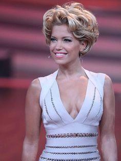 Sylvie van der Vaart hat sich zur siebten Folge von Let's Dance ihr schönstes Barbie-Kleid angezogen und empfing die aufgeregten Erich Klann, Let's Dance, Liliana, Curly Hair Styles, Game Of Thrones Characters, Hair, Curly Hairstyles, Dressing Up