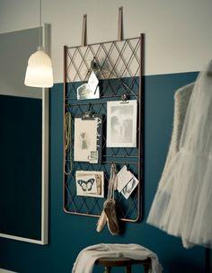 En inspirationstavle af metalwire, som du selv har lavet, hænger i læderstropper på en væg  Sparymalet espalier fra IKEA og hæng det op i læder stropper