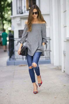 Street style, ripped jeans, red pumps, off the shoulder gray tunic (Off The Shoulder Top Casual) Look Fashion, Autumn Fashion, Fashion Outfits, Fashion Trends, Fast Fashion, Fashion Online, Street Fashion, Fashion Tips, Skinny Jeans Kombinieren