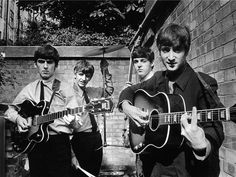 The Beatles posing in a small backyard in London with their instruments, From left to right George Harrison, Ringo Starr, Paul McCartney and John Lennon. Get premium, high resolution news photos at Getty Images Terry O Neill, Foto Beatles, Les Beatles, Beatles Photos, Beatles Poster, Beatles Guitar, Beatles Shirt, Ringo Starr, George Harrison