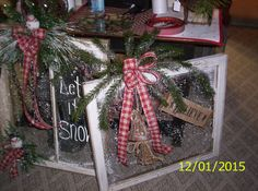 2015 Christmas Wreaths, Christmas Crafts, Old Windows, Happy Holidays, Window Ideas, Holiday Decor, Celebrations, Flowers, Gifts