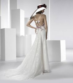 Stupendo abito da sposa con applicazione fiocco sulla schiena e ricami rossi by Valentini Spose - Find ideas and plan your wedding dream - pinthewedding.com