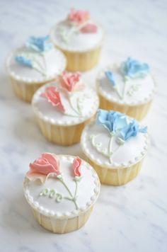 Cupcake with sweat pea fondant flower