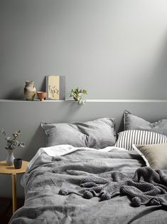 styling: Juliette Wanty / ph: Wendy Fenwick for Homestyle Modern Minimalist Bedroom, Minimalist Home Decor, Modern Bedroom, Grey Bedrooms, Minimalist Interior, Home Bedroom, Bedroom Decor, Master Bedroom, Linen Bedroom