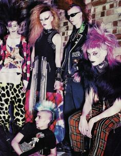 More staples of punk fashion- bright garish coloured hair spikes chains pattern trousers leggings skirt tartan was and still is particular popular and of course the infamous Mohawk 80s Goth, 70s Punk, Punk Goth, 1980s Punk Fashion, 80s Rock Fashion, Rocker Fashion, Rockabilly Fashion, Latex Fashion, Gothic Fashion
