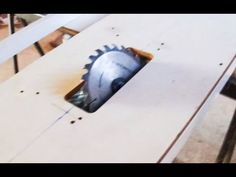 Diy Table Saw - with degrees easy to make! Cierra Circular, Circular Saw, Table Saw Fence, Diy Table Saw, Metal Tools, Wood Tools, Serra Circular Dewalt, Woodsmith Plans, Carpentry
