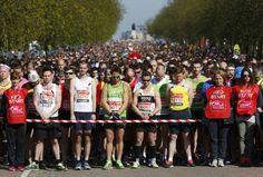 Corredores fazem um minuto de silêncio pelas vítimas dos atentados de Boston, antes do início da Maratona de Londres.