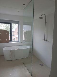 Bij Glasbestellen.nl bepaalt u zelf hoe groot uw douchewand wordt. Ook speciale vormen en uitsparingen zijn mogelijk. Douchewand op maat? Glasbestellen.nl!
