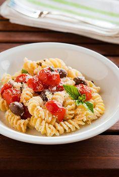 Fusilli con pomodorini, ricotta e olive nere