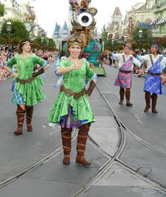 Tradicional vestuario de Brave, dando la bienvenida a la carroza de Merida. #Disney Detalle aquí http://mamamoderna.com.mx/2014/06/disney-festival-of-fantasy-parade.html