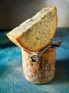 Traditional British blue Stilton cheese. This is the best present you can give!!!!!  boomstam = onnodig, bordje = praktischer