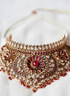 The largest collection of photographs of bridal gold jewellery designs. Find kundan gold designs, meenakari bridal gold and temple jewellery. Gold Jewellery Design, Gold Jewelry, Jewelery, High Jewelry, Jewelry Sets, Jewelry Accessories, Indian Wedding Jewelry, Indian Jewelry, Indian Bridal