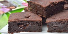 Chocolate Raspberry Paleo Coconut Oil Fudge - A healthy, quick and easy freezer fudge recipe with no thermometer needed! Gluten free, dairy free, vegan friendly and only 5 ingredients too! Vegan Recipes Easy, My Recipes, Cake Recipes, Dessert Recipes, Recipies, Chocolate Protein Powder, Paleo Chocolate, Chocolate Cake, Freezer Fudge Recipe