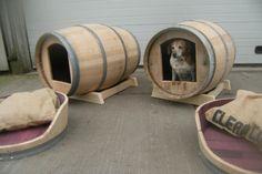 hondenhok van wijnvat Diy Dog Kennel, Diy Dog Bed, Wine Barrel Dog Bed, Diy Log Cabin, Custom Dog Beds, Barrel Projects, Wine Barrel Furniture, Wood Dog, Horses And Dogs