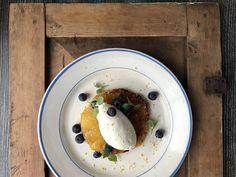 Kuorrutettu ananas mascarponevaahdolla. Kirpeä ja makea yhdessä! Edamame, Guacamole, Pancakes, Cheese, Breakfast, Food, Pineapple, Morning Coffee, Essen